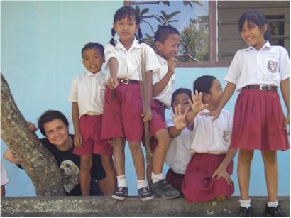 Rita e degli alunni di una scuola indiana